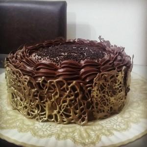 bolo prestigio com trama dourada