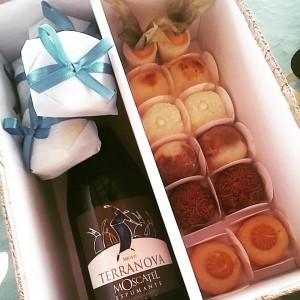 caixa de doces e espumante para noivos