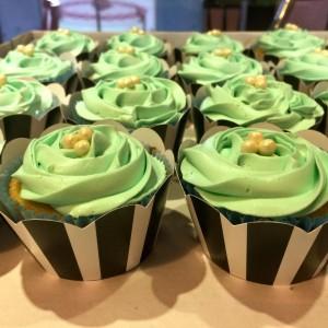 cupcake de baunilha decorado glace azul tifanny